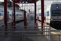 V Hostivaři začnou cestující využívat druhé nástupiště od konce listopadu, čímž se jízda do Prahy uspíší.