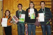 V dívkách vyhrála Nela Pýchová (vlevo) a v chlapcích Martin Pospíšil (vpravo), kterému sekundovali Tomáš Skalický a Robin Hrdina