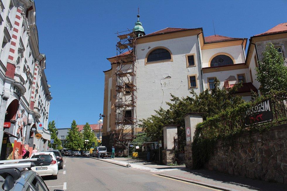 """Na piaristickou kolej je """"přilepený"""" také kostel sv. Anny v Benešově. Obě stavby se prolínají."""