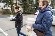 Rozvoz obědů seniorům. Ilustrační foto.