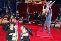 Cirkusová přestavení pro veřejnost nacvičovali žáci z Vlašimi a Louňovic několik dní.