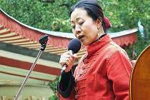 Opravený činský pavilon doprovodila při jeho znovuotevření stylově čínská zpěvačka Fen-yün Song s lidovými písněmi Číny, Tibetu, Mongolska a Ujgurska