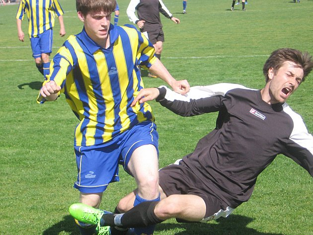 Jankovský Tomáš Horčička (vpravo) se snaží nafilmovat penaltu na obránci Struhařova Martinu Strnadovi. Rozhodčí Milan Macháček mu to ale nezbaštil.