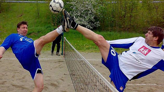 V utkání krajské soutěže Vlašim/Votice versus Vavřinec se na síti střetli Bálek z Vavřince (vlevo) a Krunert z Vlašimi.