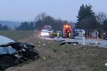 Při srážce kamionu vezoucí brambory s osobním autem se zranily tři osoby.