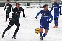 Vlašimský Luboš Tusjak (u míče) nastoupil ve vítězném zápase s  Příbramí netradičně na pozici obránce.