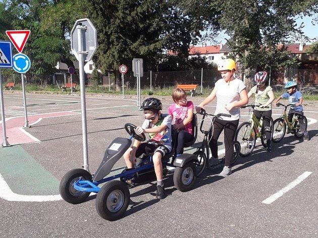 Žáci na dopravním hřišti Na Sladovce vBenešově.