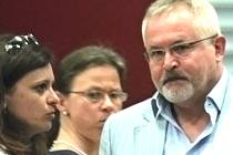 Jaroslava Pokorná Jermanová (vlevo) v rozhovoru se starostou Petrem Hostkem.