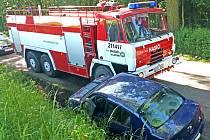 Takhle dopadlo předjíždění u Konopiště v místě, které k tomu nebylo vhodné. Obě vozidla jela ve stejném směru, od Benešova ke Konopišti.