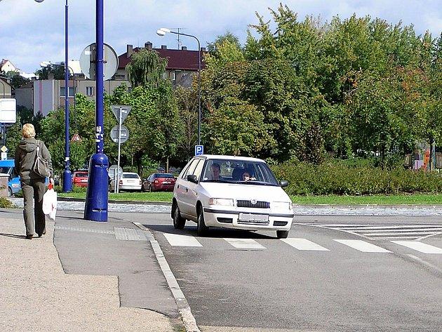Ne všechna auta dbají pravidel silničního provozu a při výjezdu z kruhového objezdu neblikají