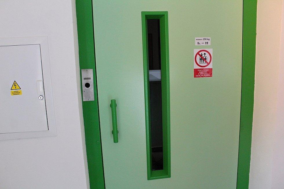 Ve zvěstovském DPS zajišťuje bezbarierovost výtah.