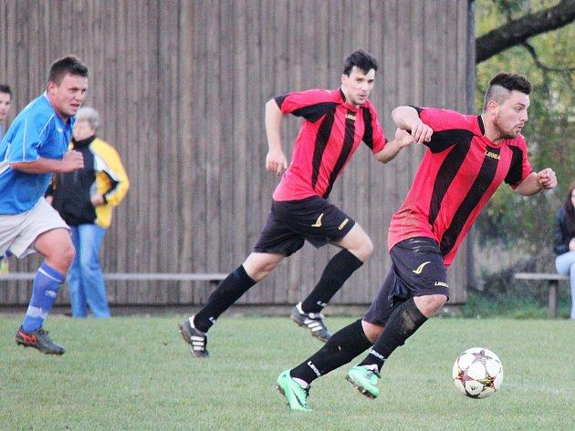 Soběhrdský Michal Bohata (u míče), valí s Martinem Priknerem do útoku, vlevo se je snaží dohnat neveklovský Petr Šmejkal.