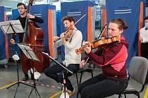 Z natáčení koncertu Akademie komorní hudby v hale Prádelny Kyselý ve Vlašimi.