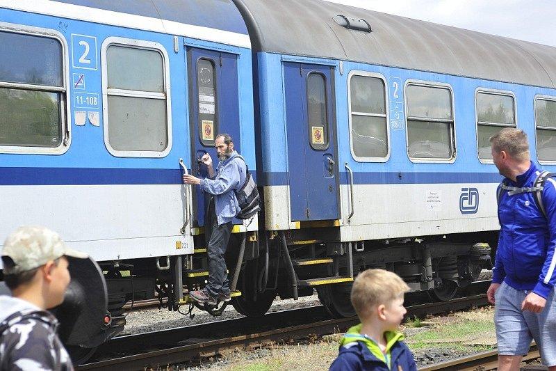 Parní vlak v Posázaví.