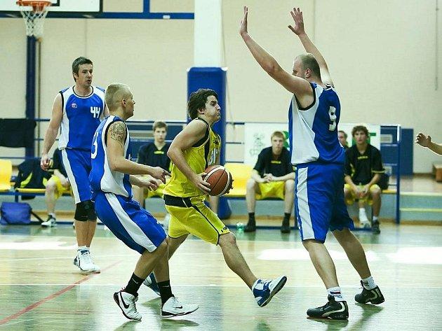 Benešovský rozehrávač Jakub Malý měl těžký úkol, snažil se prosadit přes 212 cm vysokého plzeňského Pavla Fránu.