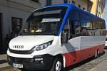 Jeden z minibusů značky Iveco, které zajišťují Městskou hromadnou dopravu v Benešově.