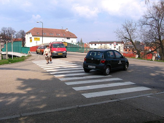 Přechod pro chodce u kruhové křižovatky v Benešově by se měl zkrátit. Uprostřed vyroste ostrůvek.