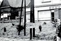 Objekty na prostranství proti čerčanskému vlakovému nádraží pomalované hesly. Za povšimnutí stojí i ukazatele směru v popředí snímku. I když Jihlava leží od Čerčan na jihovýchod a Milevsko na jihozápad, značky měly okupanty poslat na opačnou stranu.