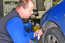 Martin Hruška při měření hloubky vzorku pneumatiky. U osobního auta musí být minimálně 4 cm.