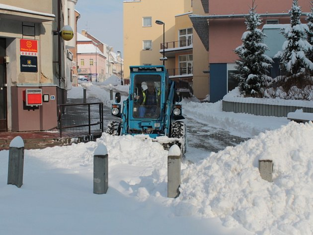 Jakmile přestalo sněžit, silničáři a technické služby začaly s odklízením sněhu.