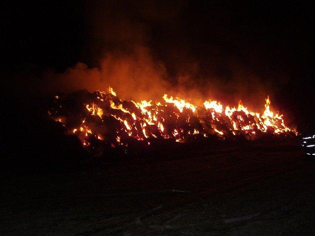 U požárů čtyř stohů nedaleko Jarpic, Lukova a Šlapanic zasahovalo v noci ze 2. na 3. září celkem osm hasičských sborů. Kromě  sedmi středočechů likvidovali pohromu také hasiči z Budyně nad Ohří