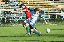 Fotbalisté Benešova pokračovali se Sedlčany v domácí kanonádě, když ze čtyř zápasů vstřelili dvacet gólů. V těsném souboji se střetli domácí Martin Bubeník (vlevo) se sedlčanským Zbyňkem Polidarem