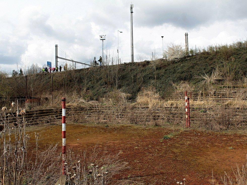 Opuštěné antukové kurty na volejbal v Benešově nahradí nové kryté sportoviště pro vedlejší ZŠ Dukelská.