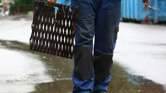 V Bystřici zloději ukradli sloupky oplocení kolen městských studní.