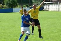 Souboj generací. Na mladého benešovského Matěje Voráčka (v modrém) si vyskočil bývalý hráč Příbrami Marcel Mácha v dresu Cerhovic.