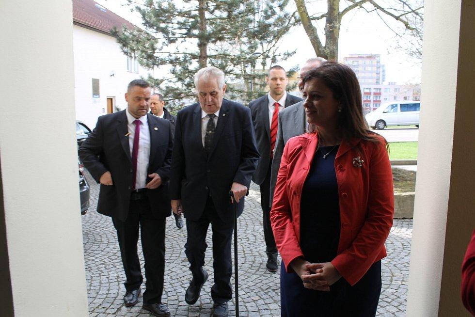 Do Benešova dorazila kolona s prezidentem ČR Milošem Zemanem na čas, tedy v 16 hodin.