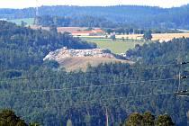 Skládka v Přibyšicích už vyrostla do výše okolních kopců. Její kapacita není neomezená a k ukládání domovního odpadu bude pro Benešov a sídla v okolí sloužit nejvýš do roku 2022.