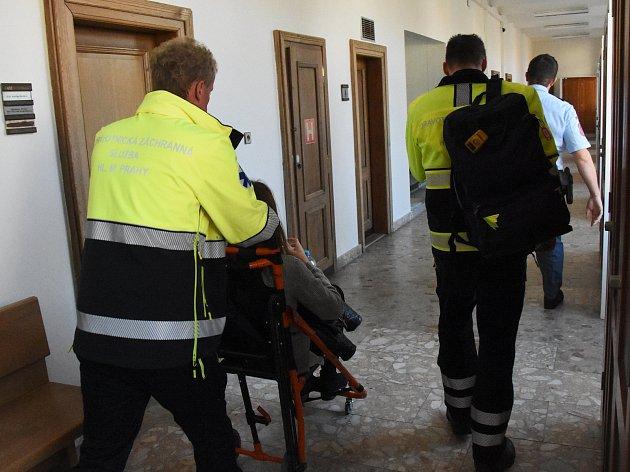 Pražští záchranáři zasahovali u středočeského krajského soudu na Smíchově. Přímo z jednací síně odváželi 21letou ženu, která zkolabovala při své výpovědi. Zpovídá se ze způsobení smrti své několikadenní dcery.