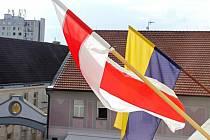 Vedle modrožluté vlajky Benešova je na radnici také historická zástava Běloruska.