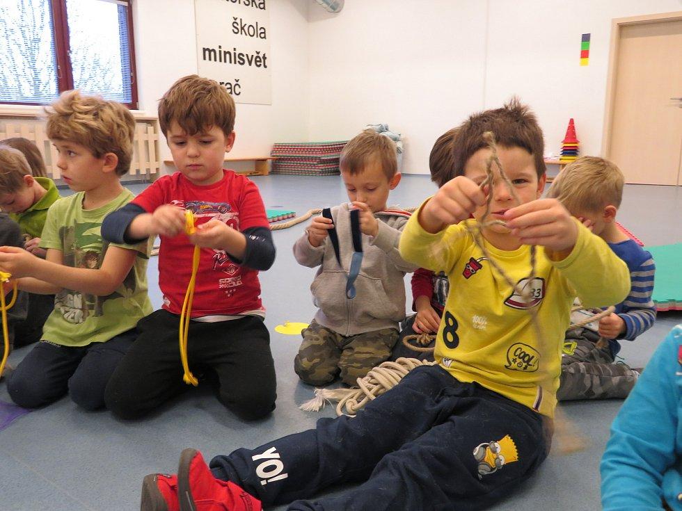 Děti v mateřské škole Minisvět Mrač se učily vázat uzly.