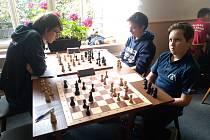 Jakub Voříšek (vlevo) a Jakub Vojta v souboji se Slavií Orlová, přihlíží dlouholetý talisman týmu, medvěd Spartakus.