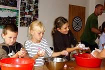 První den příměstského tábora pracovaly děti s přírodními materiály, keramickou hmotou, pedigem nebo ovčí vlnou. Foto: Karel Chlumec