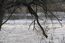 Rozvodněná řeka Sázava v Čerčanech