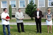 Červený kaštan na zahradě Základní školy Netvořice má připomínat tragédii roku 1942, kdy došlo k vystěhování  obcí na Neveklovsku.