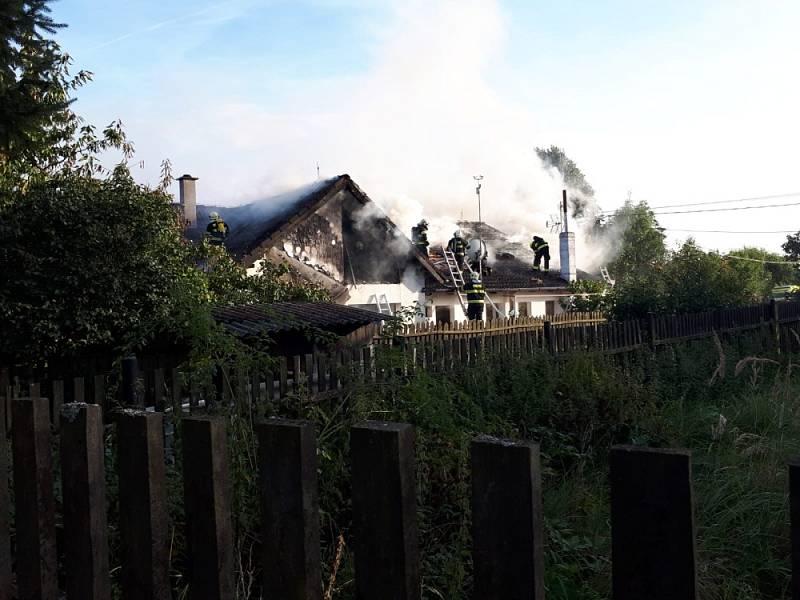 Požár střechy rodinného domu způsobil dvoumilionovou škodu.
