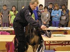 Na jedné z benešovských středních škol nalezla policie drogy.