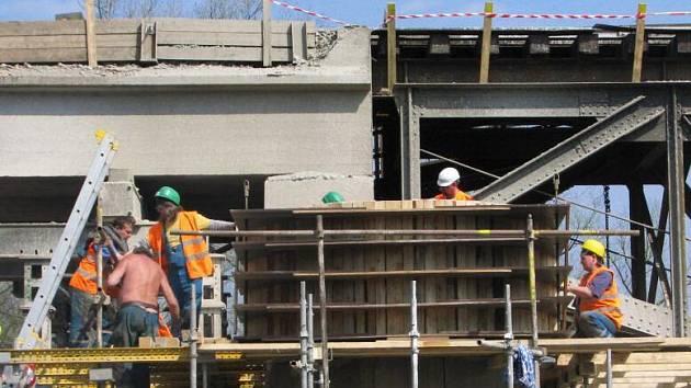 Budování koridoru přináší překvapení. Čerčanští čekají na okamžik, kdy stavbaři naleznou v mostním pilíři schránku s dokumenty z počátku 20. století