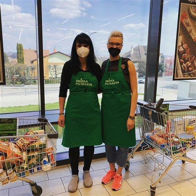 Sbírka potravin vBenešově. Zapojily se dobrovolnice zMěÚ Benešov a Nízkoprahového denního centra Pečovatelské služby okresu Benešov.