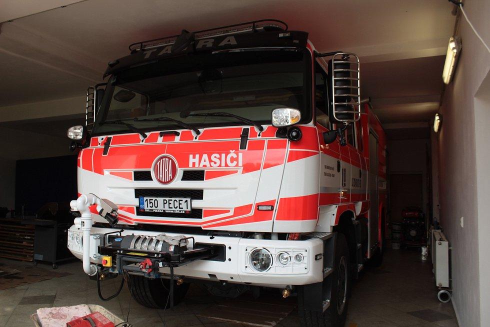 Nová Tatra 815 má také originální registrační značku. Hasiči z Pecerad ji oficiálně převezmou 18. září při malé slavnosti konané od 10 do 12 hodin na parkovišti před Městským úřadem v Týnci nad Sázavou. Zatím speciál stojí v garáži peceradské zbrojnice.
