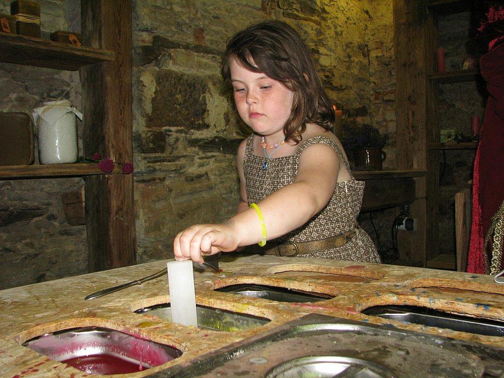 Ukázky starých řemesel mají na tvrzi v Nebovidech letitou tradici.
