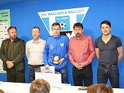 Cen nejlepším mládežníkům Vlašimi předali předseda klubu Oldřich Jiruš, místopředseda Petr Lajda, šéftrenér mládeže Milan Knížek a bývalý hráč Ondřej Průcha. Tady Janu Zemanovi.