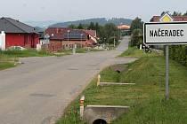 Centrem Načeradce procházejí tři krajské silnice druhé třídy.