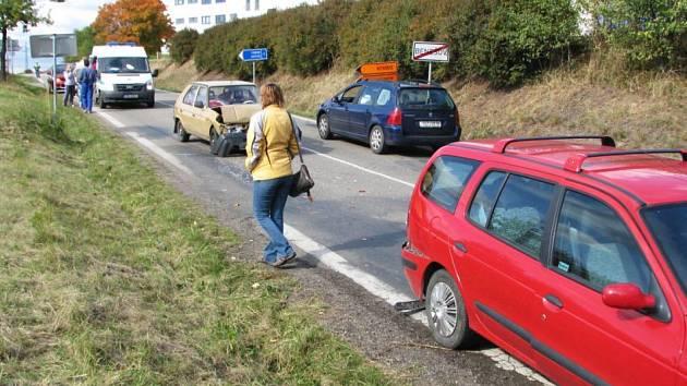Sobotní nehody tří osobních aut pod mostem silnice I/3 (4. října)