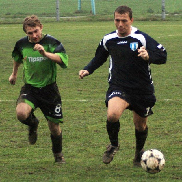 Nespecký Petr Šindelář (v modrém) unikal v derby maršovickému Stanislavovi Šetinovi.