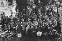 Plukovní hudba CK druhého temešvárského pluku, Josef Mácha první sedící zprava.
