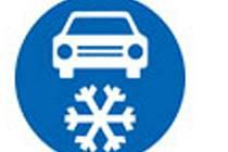 V případě, že je komunikace osazená dopravní značkou Zimní výbava, musí být vozidlo vybavené zimními pneumatikami nebo sněhovými řetězy vždy.